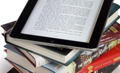 E-reader op stapeltje boeken